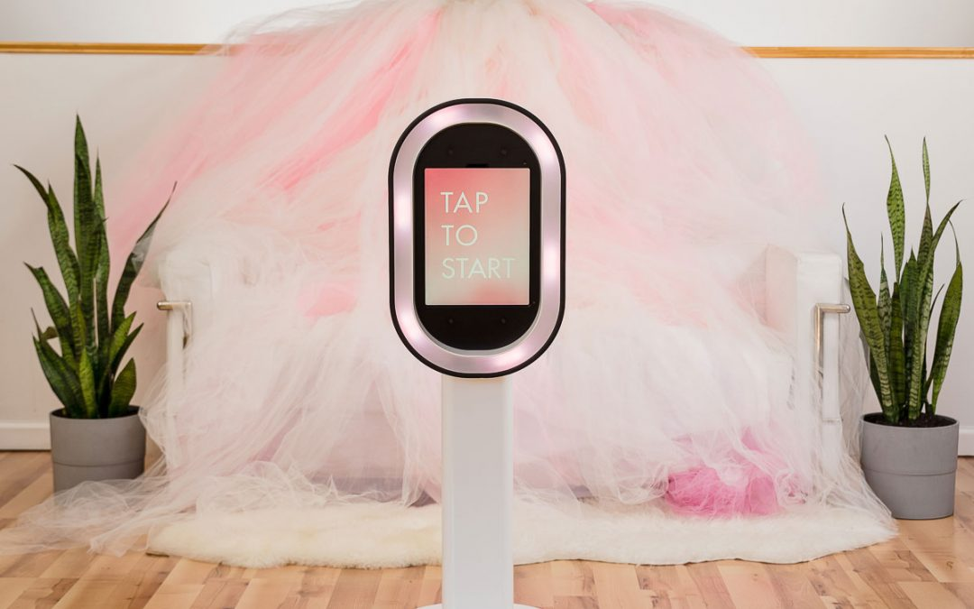 Photo Booth Inspiration : Luxury Tulle Seating for Your Wedding's Cocktail Hour